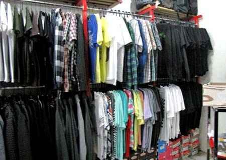 kaos-distro-toko-outlet-baju-pakaian-display-interior